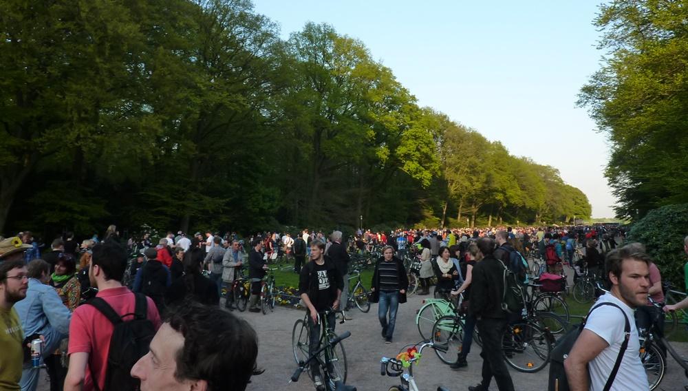Der Platz vorm Planetarium reicht kaum für die mehr als 3000 Radfahrer.