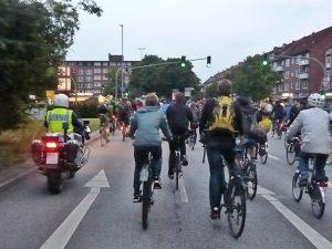 Motorradpolizei unterstützt beim Korken und der Deeskalation im Falle aggressiver Autofahrer