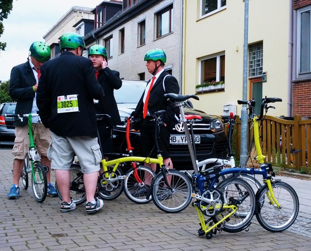Team FaltradXXS bei der Manöverkritik nach dem Rennen