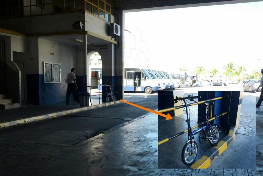 Spät entdeckt: der kleine, blaue Klapper in der Busstation