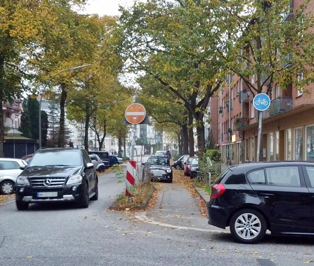 Parkend mitten in der Kreuzung