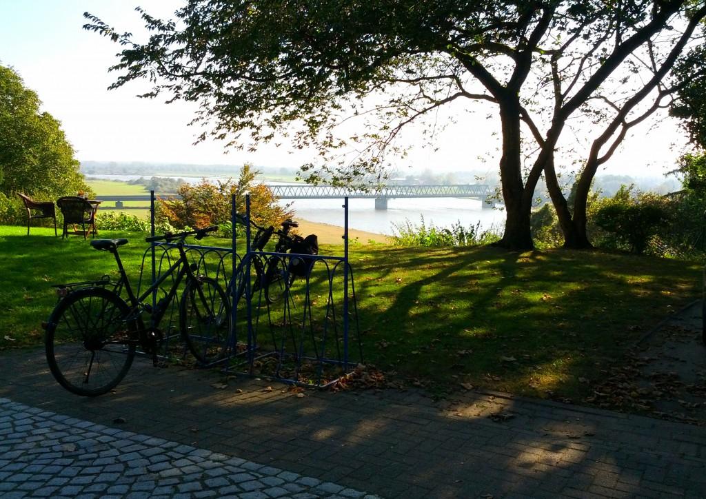 Idyllische, wenn auch zu windige Pause mit Blick auf die Elbe