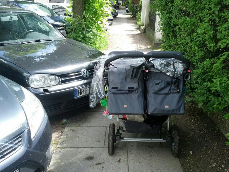 Falschparker behindert Kinderwagendurchfahrt in der Eichenstraße
