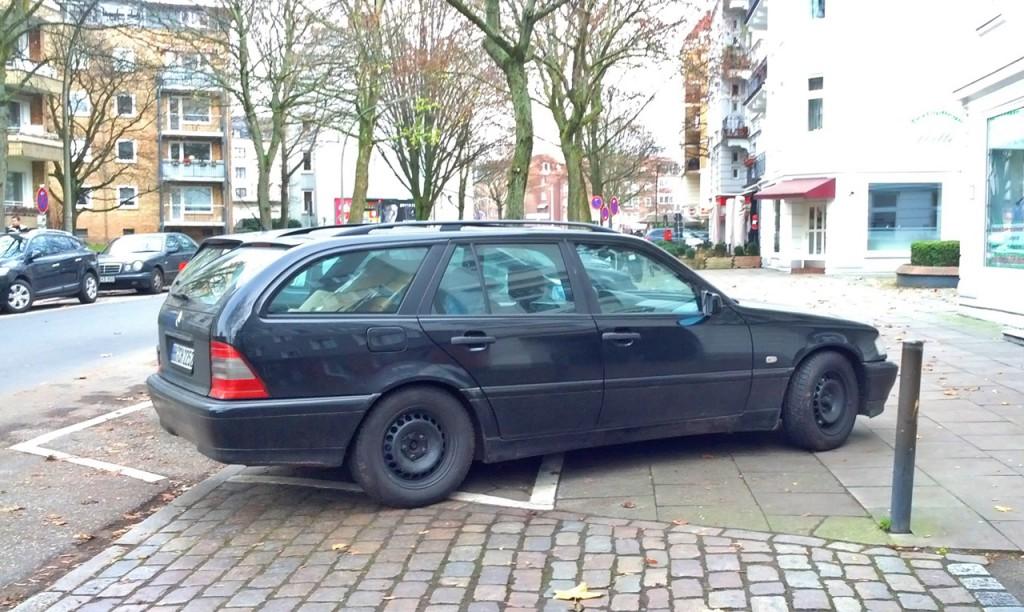 Dieser Kombifahrer hat die Länge seines Wagens unterschätzt.
