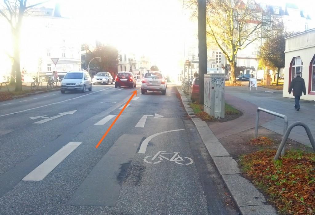 Auffahrt auf den Radweg für Rechtsabbieger, weiter vorne Aufstellfläche für Radfahrer, die die Kreuzung queren möchten