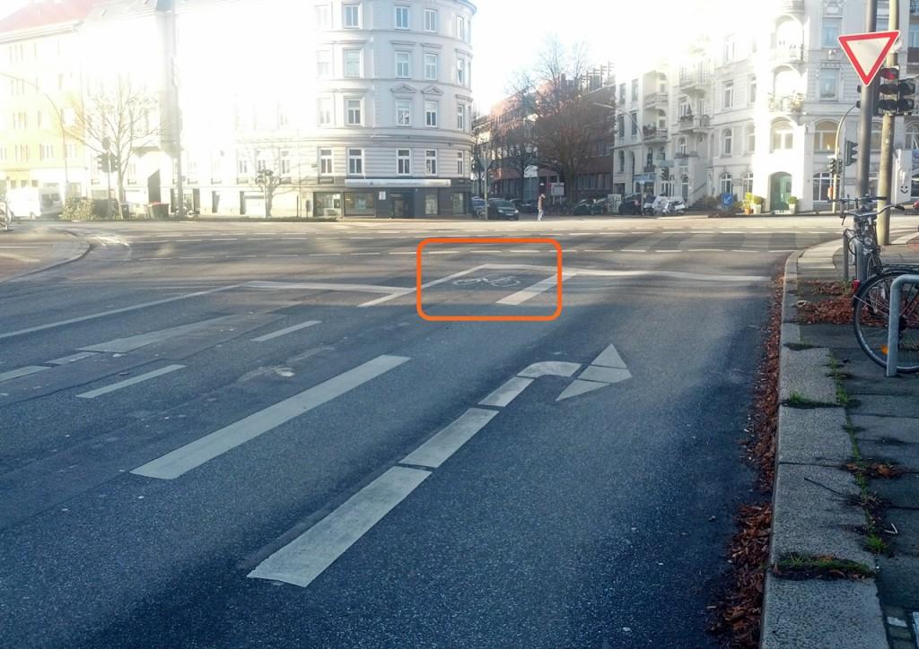 Aufstellfläche für Radfahrer, die die Kreuzung queren möchten