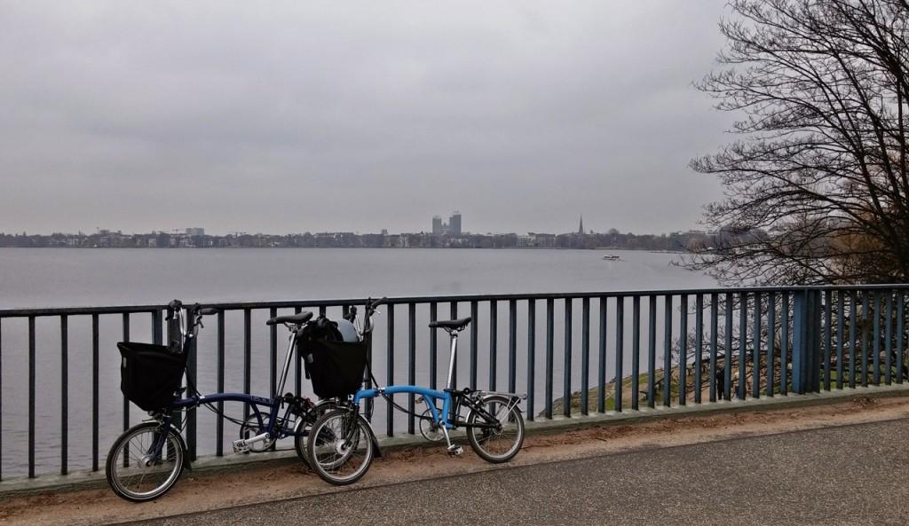 Zwei blaue Flitzer auf der Kennedybrücke