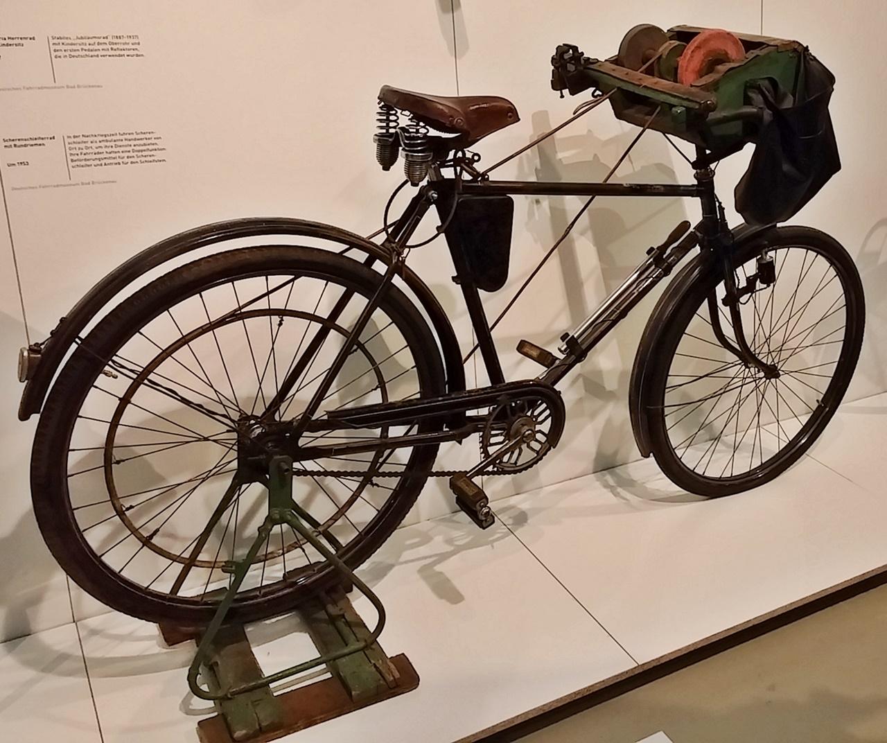 Schleifstein wird mit dem Hinterrad angetrieben