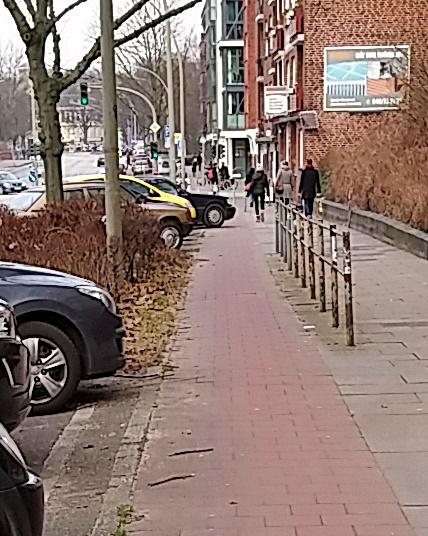 halb auf dem Radweg Barmbeker Straße geparkt