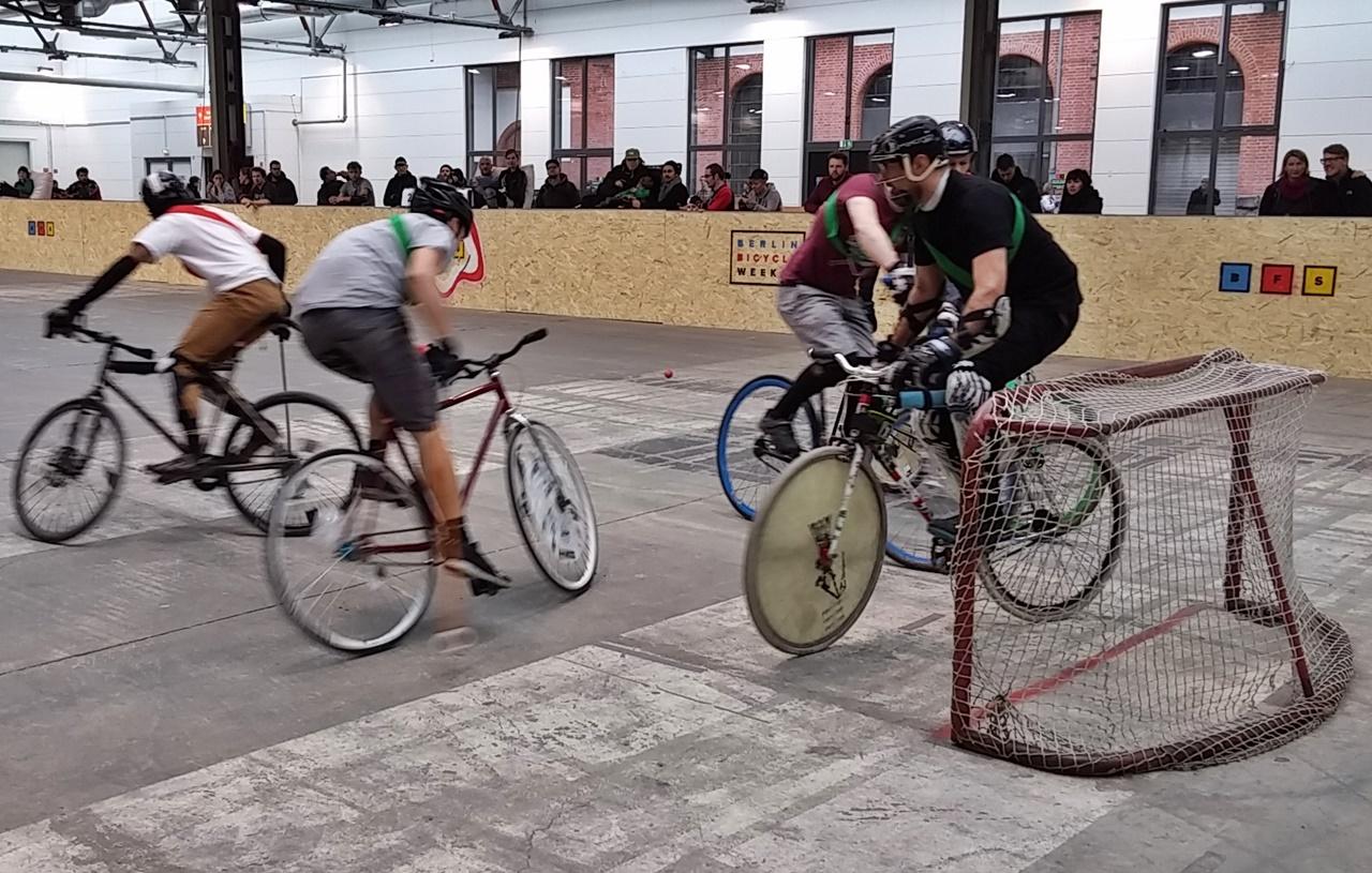 Beeindruckend beherrschen die Bikepolo-Spieler ihre Räder und die Ballführung.