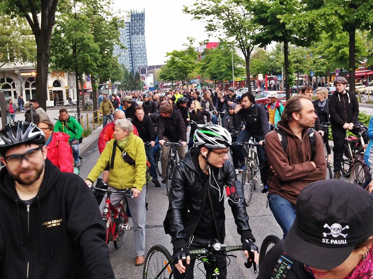 die Reeperbahn voller Radfahrer