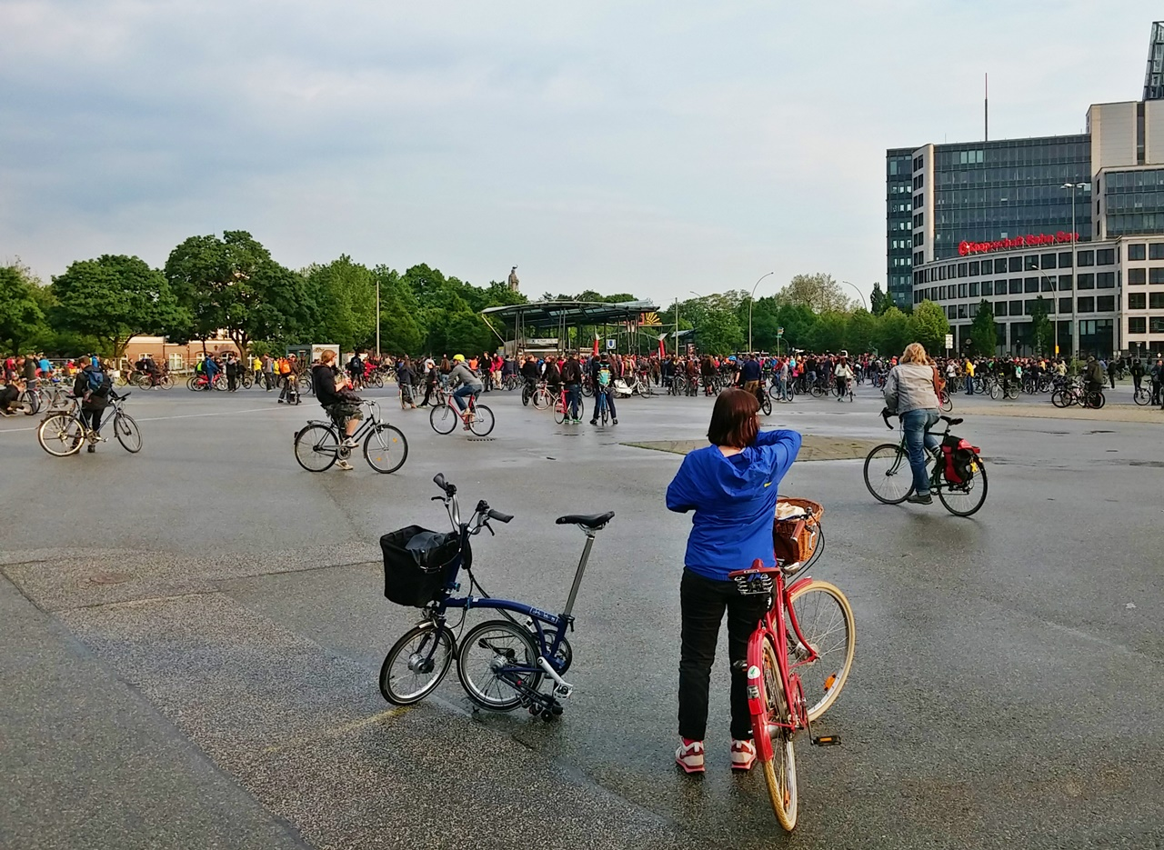 die ersten treffen sich auf dem Heiligengeistfeld, um gemeinsam Rad zu fahren