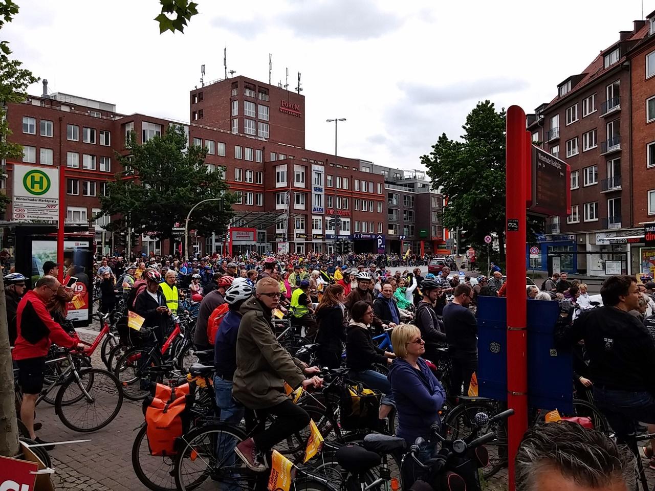 2.200 Radfahrer warten am Winterhuder Markt auf die Weiterfahrt