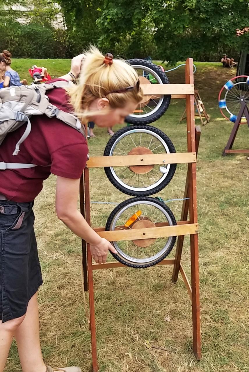 Ein angetriebener Reifen, treibt die übrigen an - Zahnrad einfach demonstriert.