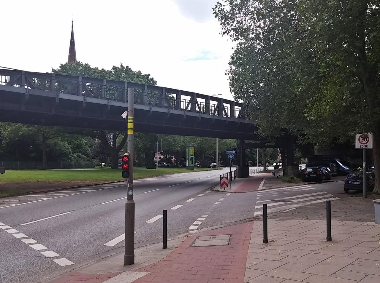 Breiter, gut zu erkennender Radweg an der Ecke Schürbeker Straße / Ulmenau