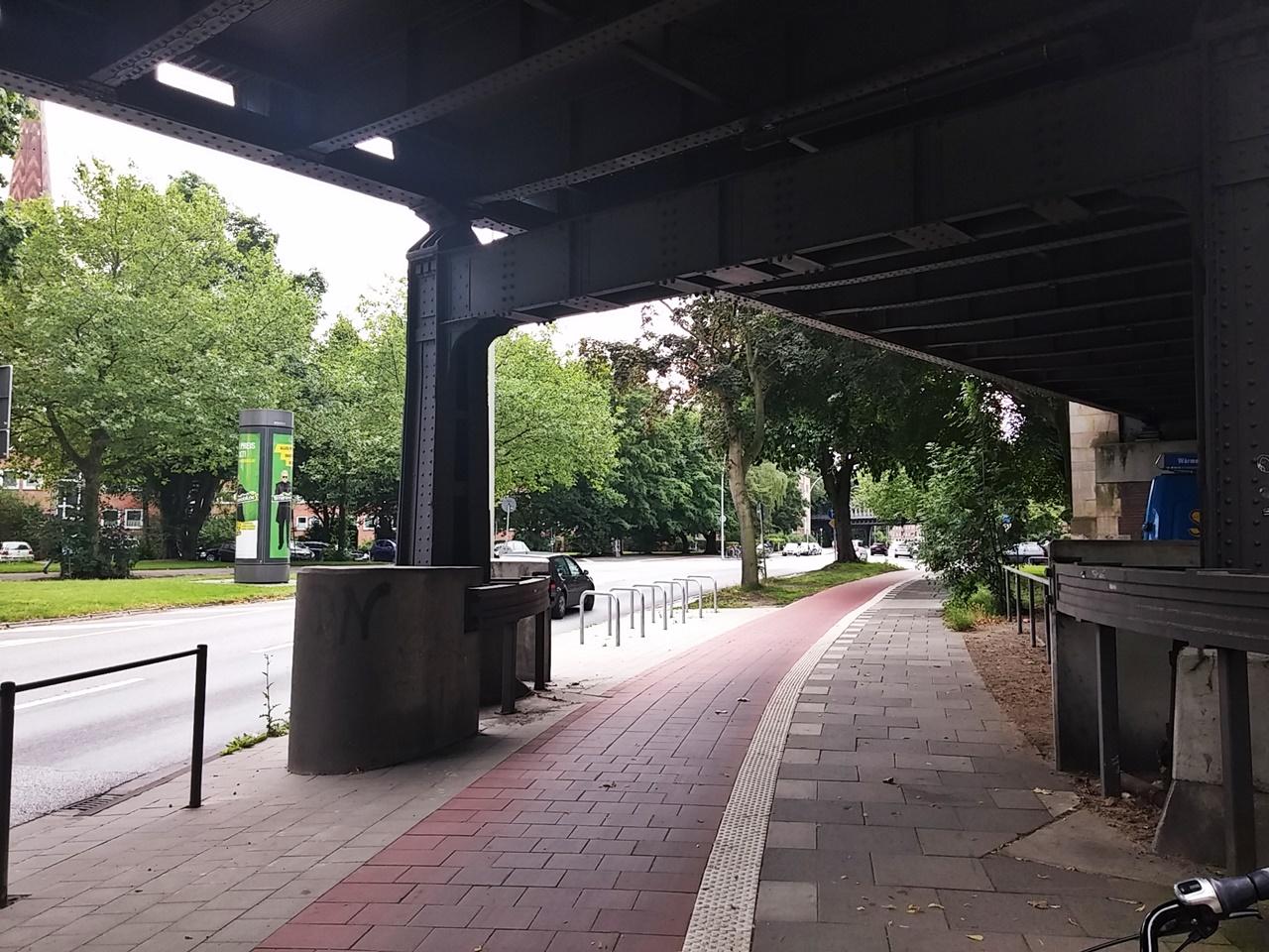 Einheitlicher Belag unter der U-Bahn-Brücke samt neuer Kreuzberger Bügel