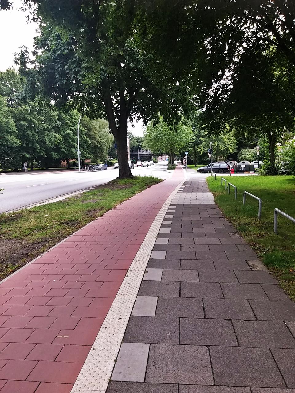 Einheitliche Farbe kennzeichnet den Radweg vor und hinter der Einmündung der Birkenau.