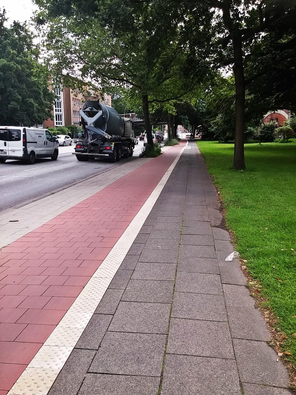 Nach der Einmündung der Birkenau geht's gut ausgebaut weiter. Kein Auto steht auf dem schmalen Streifen zwischen Fahrbahn und Radweg.