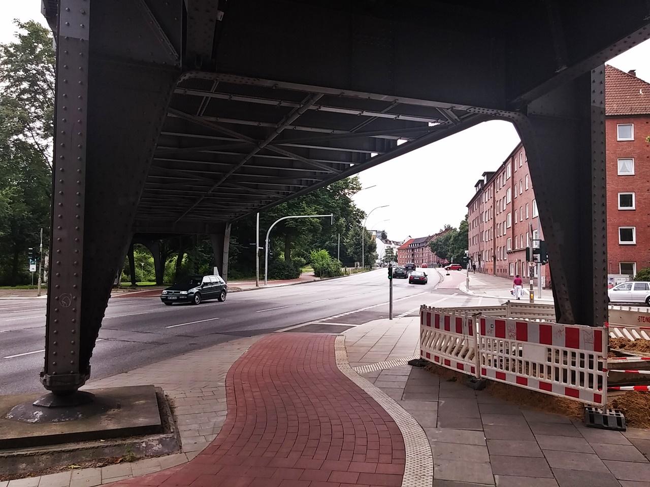 Radverkehr wird nun getrennt von den Fußgängern geführt. Radfahrer warten vor den Autofahrern und werden damit von Rechtsabbiegern besser wahrgenommen.