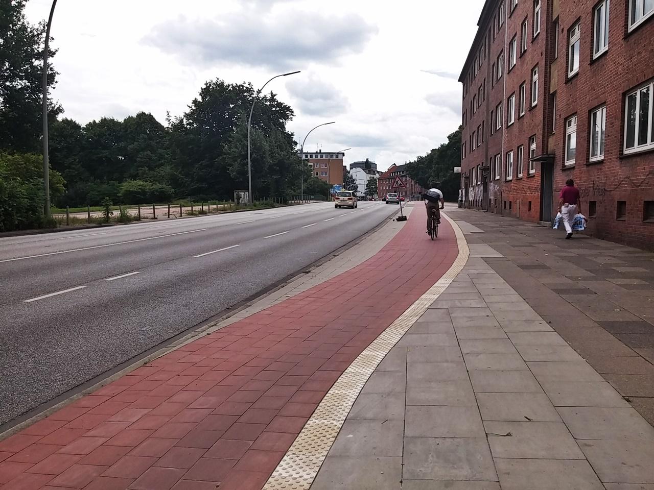 Die breite des neuen Radweges an der Schürbeker Straße bleibt nach der Kreuzung mit dem Immenhof erhalten.