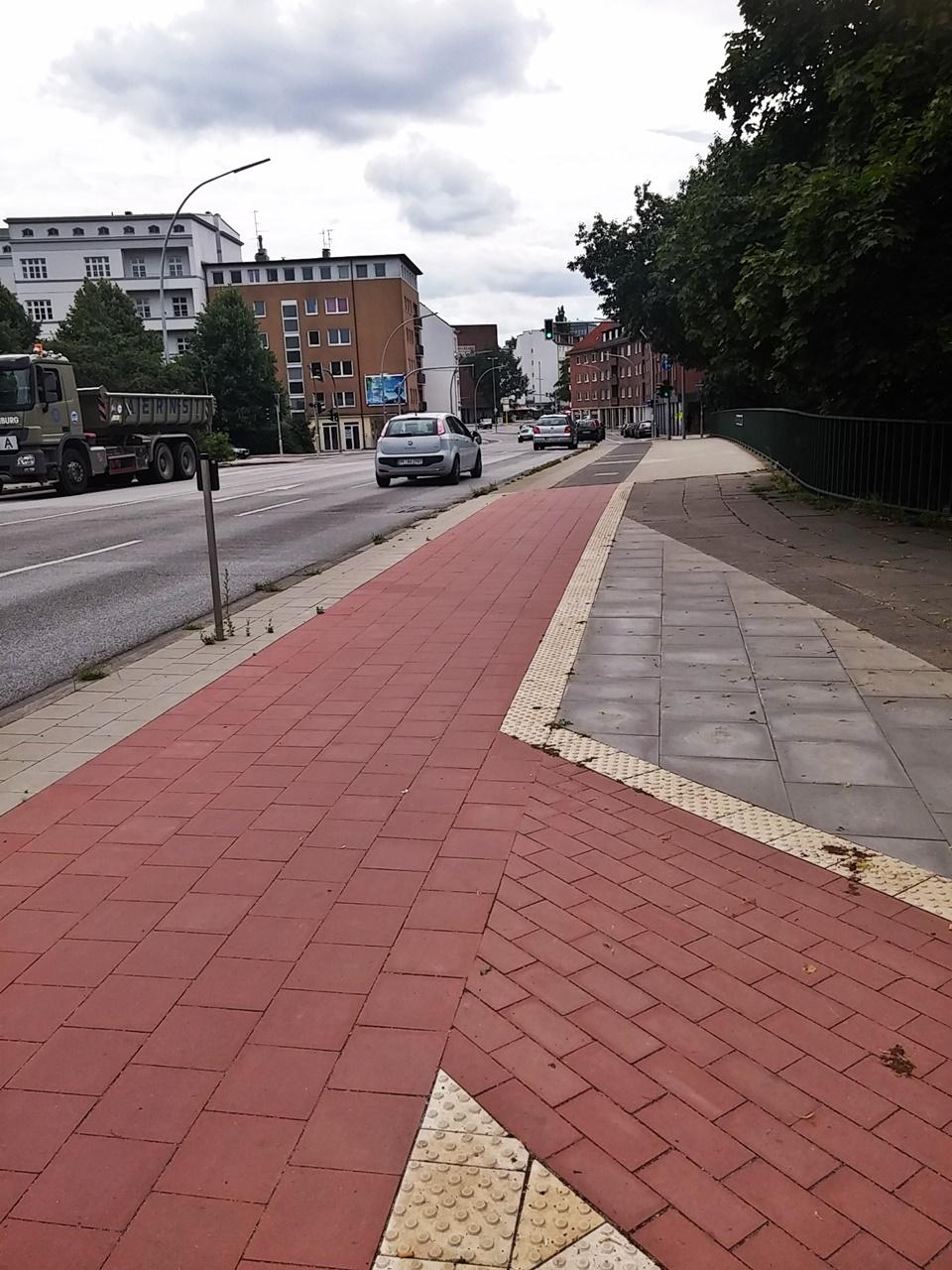 Heute sind Breite und Farbe des Radweges bis zur Brücke einheitlich.