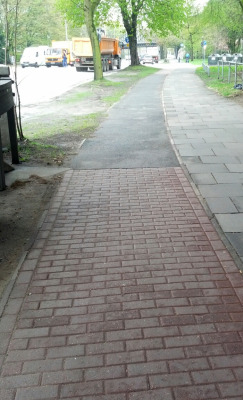 Wilder Belagmix prägte den Radweg an der Schürbeker Straße