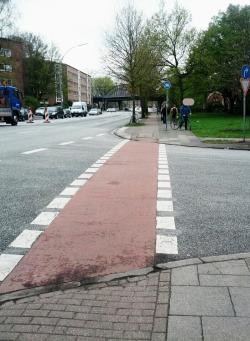 Im Fahrbahnbereich war der Radweg früher schon besonders hervorgehoben. Der Übergang zwischen Radweg und Fahrbahn leider wenig felgenfreundlich.