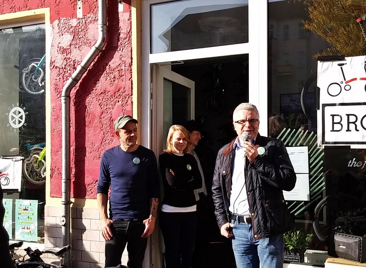 Begrüßung durch Henning Voss, links daneben Caren direkt von Brompton London