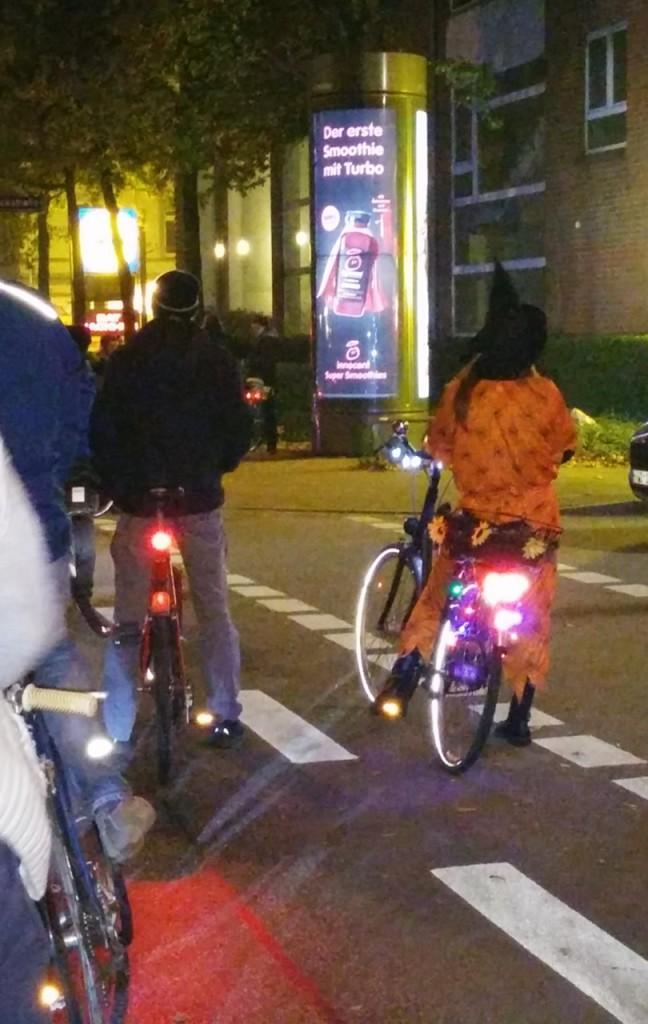 Hexe mit Rad statt Besen