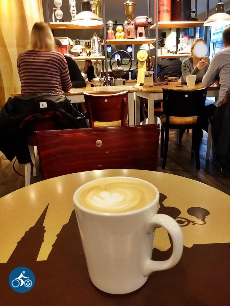 Hamburgsilhouette auf dem Tisch, alte Kaffeeuntensilien im Regal