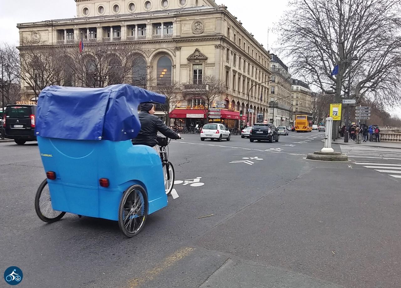 Rikscha auf dem Quai de l'Hôtel de Ville
