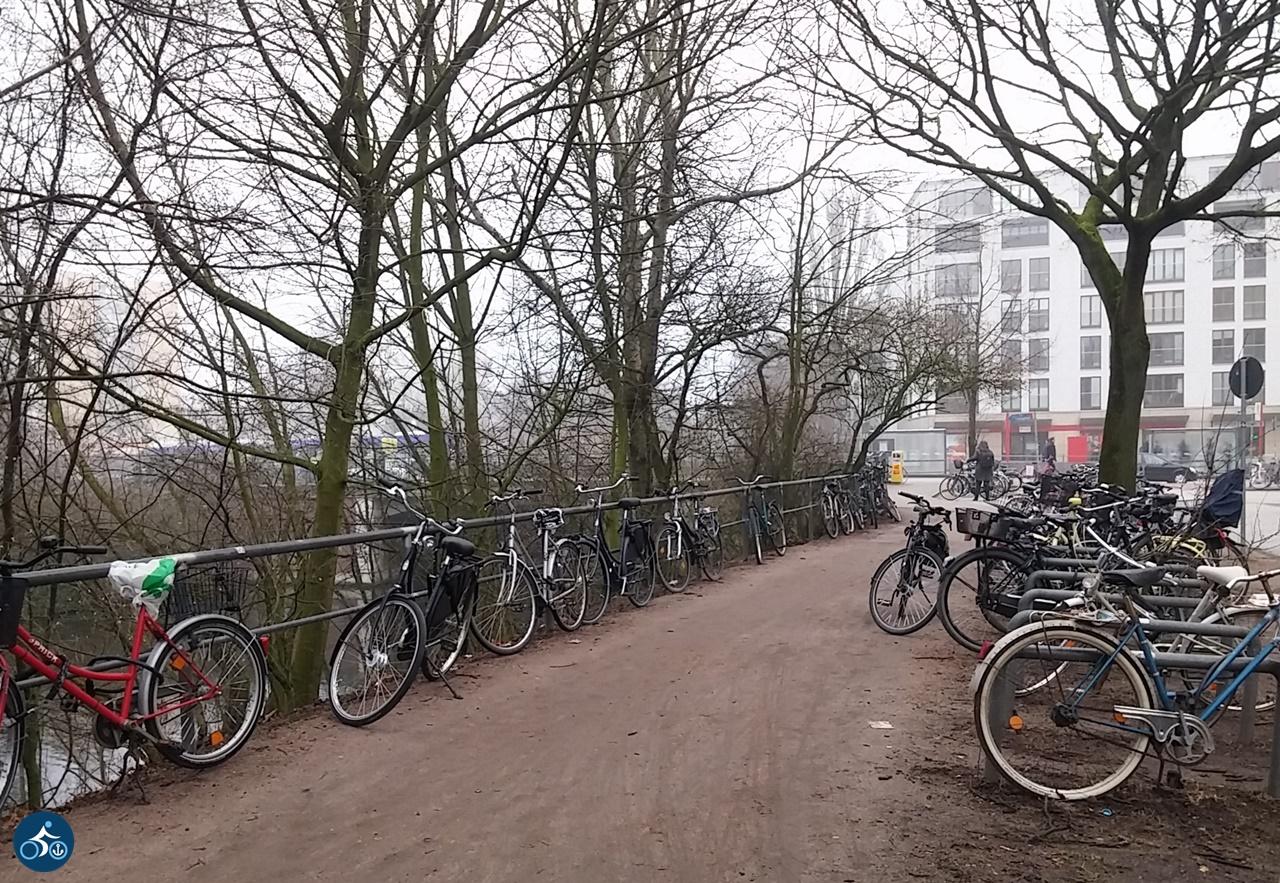 An Kreuzberger Bügel & Zaun angeschlossene Räder am Kaiser-Friedrich-Ufer