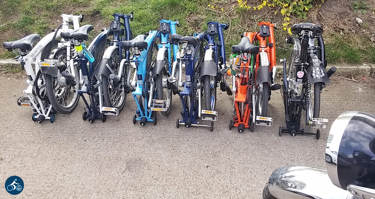 Unsere in Reihe geparkte Bromptons samt Scheinwerfer eines alten Motorrades