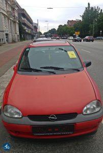 Abgestellter roter Kleinwagen ohne Nummernschilder